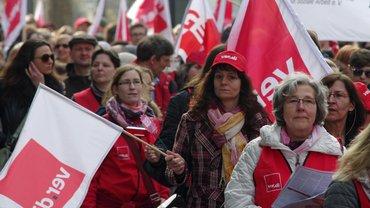Fahnen und Demonstrantinnen