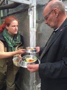 Schälchen mit Obst und anderem Fressen für die Tiere im Grzimekhaus. Vorn im Bild Jürgen Bothner.