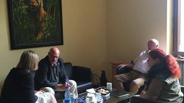 Bothner unter Tigergemälde im Büro von Zoodirektor Niekisch mit der Personalverantwortlichen und der Personalratsvorsitzenden.