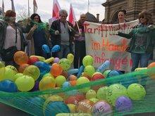 bunte Luftballons in einem grünen Netz