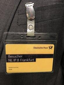 Gelber besucherausweis des IPZ mit Clip.