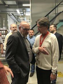 Bothner im Gespräch mit einem Kollegen bei einer Führung durch das IPZ.