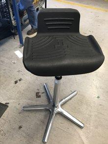 Steh-Stuhl, den man sich im Stehen unter den Po schieben kann, als Unterstützung und für rückenschonenderes Stehen.
