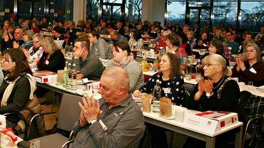Blick von vorn auf die Delegierten im Konferenzsaal.