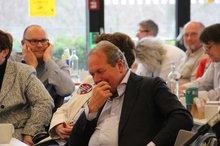 Frank Bsirske hat unter den Delegierten Platz genommen und hört interessiert zu.