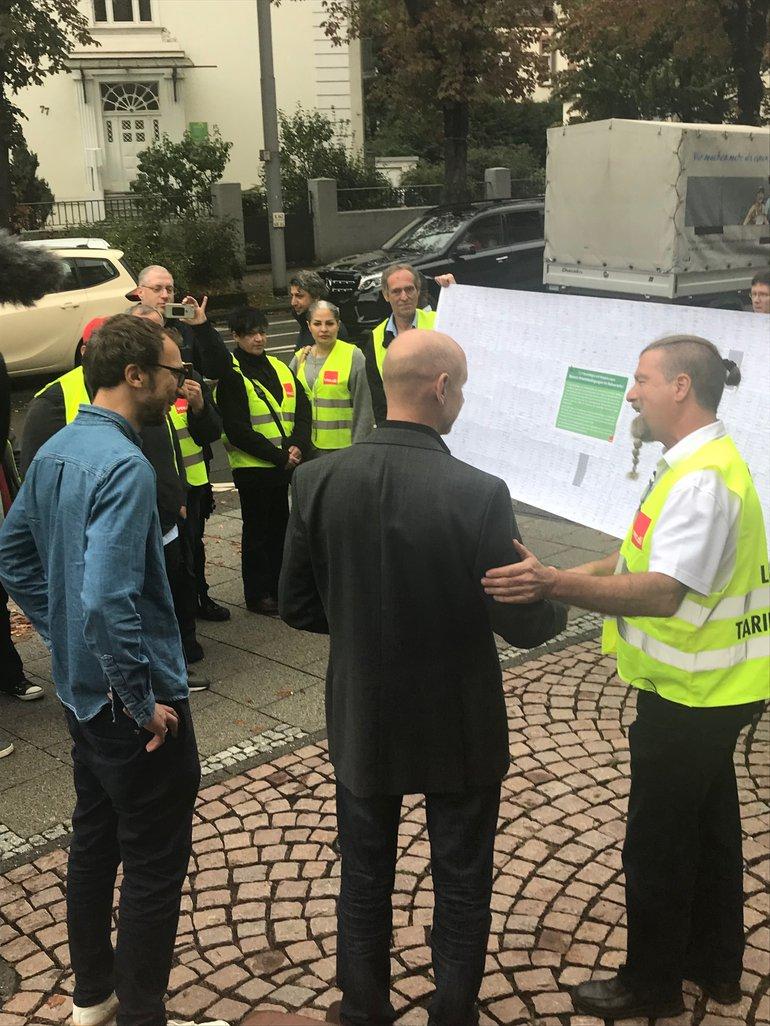 streiende Busfahrer übergeben Unterschriften am Ministerium