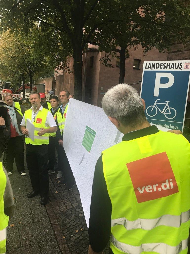 Busfahrer übergeben Unterschriften, großes Transparent