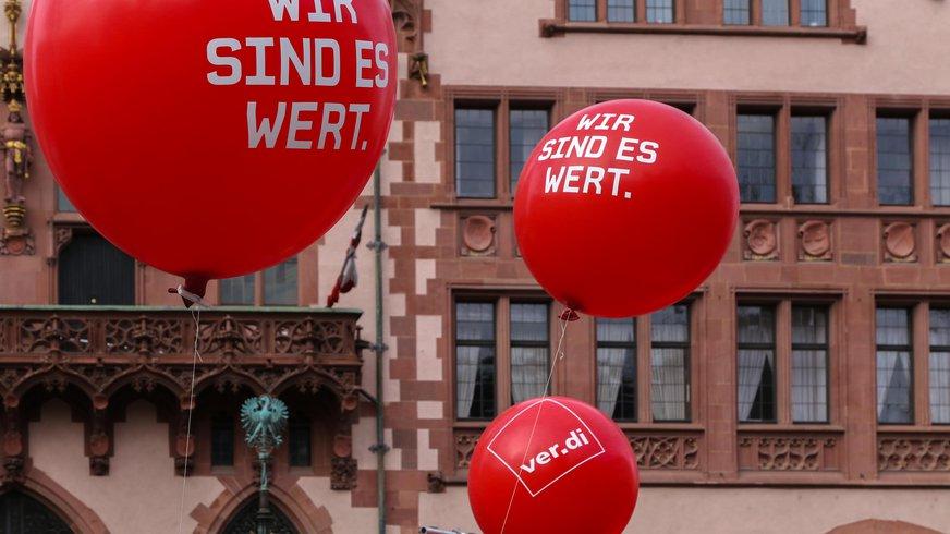 rote ver.di Luftballons steigen vor Frankfurter Römer