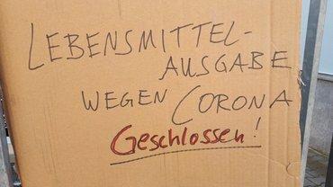 Papkarton, auf dem groß geschrieben steht steht: Essensausgabe wegen Corona geschlossen