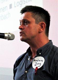 Andreas Jung am Mikro, blickt nach links, Portraitfoto