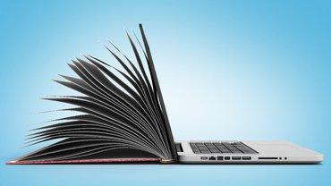 Fotomontage: aufgeklapptes Laptop von der Seite, dessen Deckel Buchseiten hat.