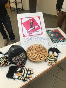 Affenmasken und Erdnüsse liegen auf einem Tisch