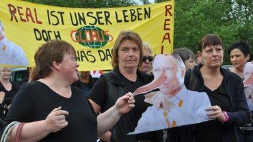 Beschäftigte demonstrieren gegen die Schließung des real-Markt Lollar