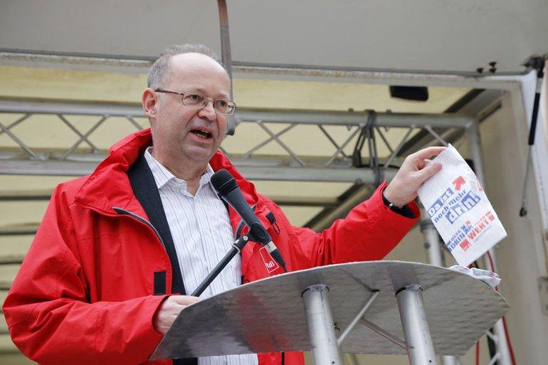 """""""Damit es keine Kotztüte wird, müssen die Arbeitgeber anständig ein paar Prozente reintun"""" Manfred Moos vor den streikenden Kollegen"""